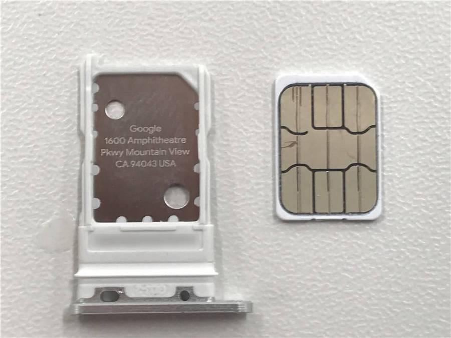 SIMカードトレイとSIMカード
