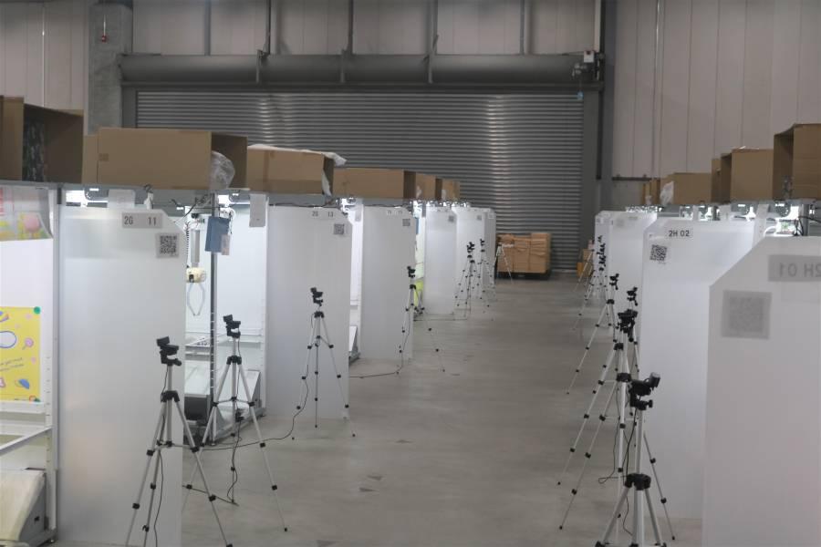 倉庫に並ぶクレーンの写真