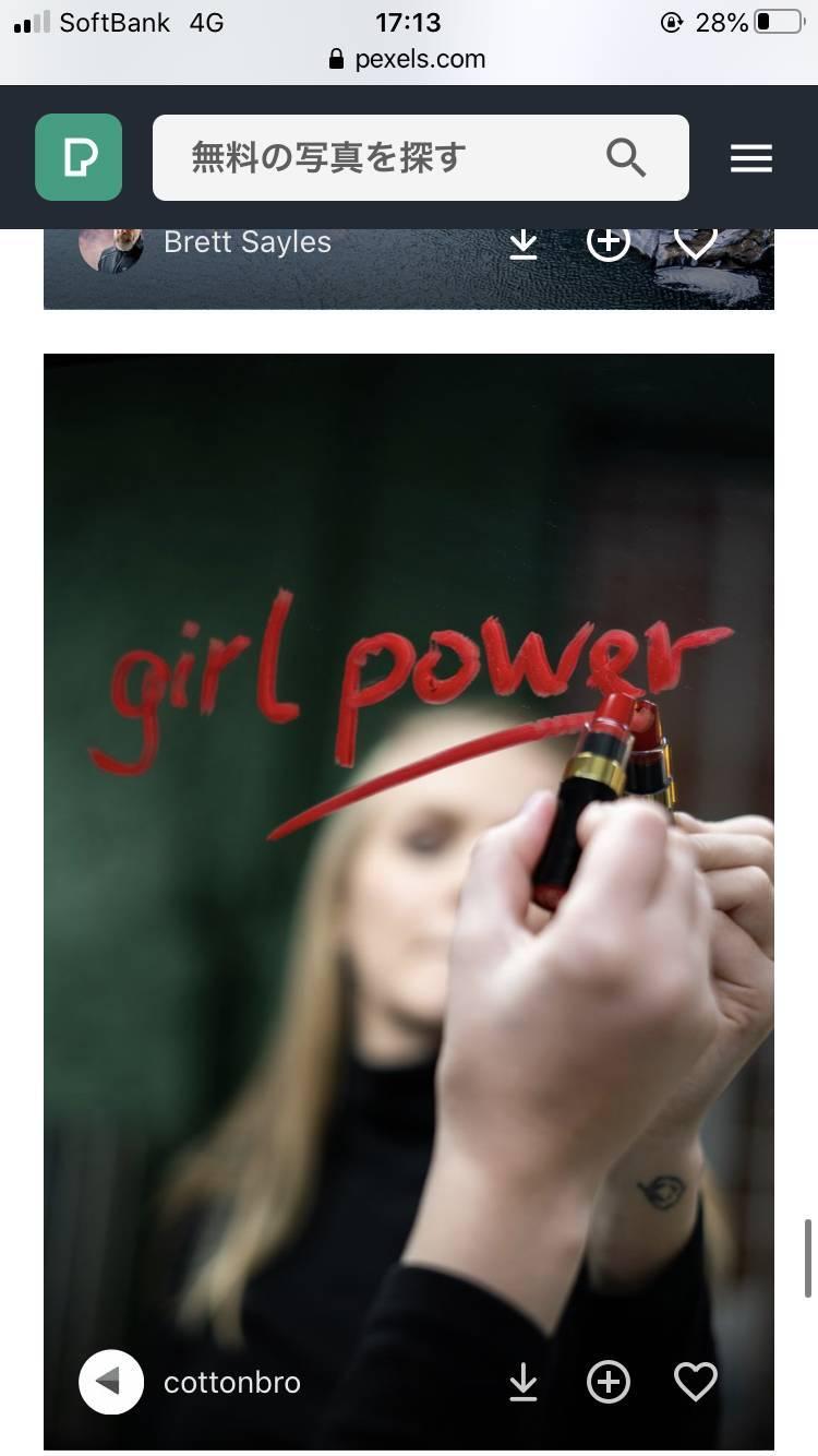 女性が鏡に「girl power」と口紅で描いている画像