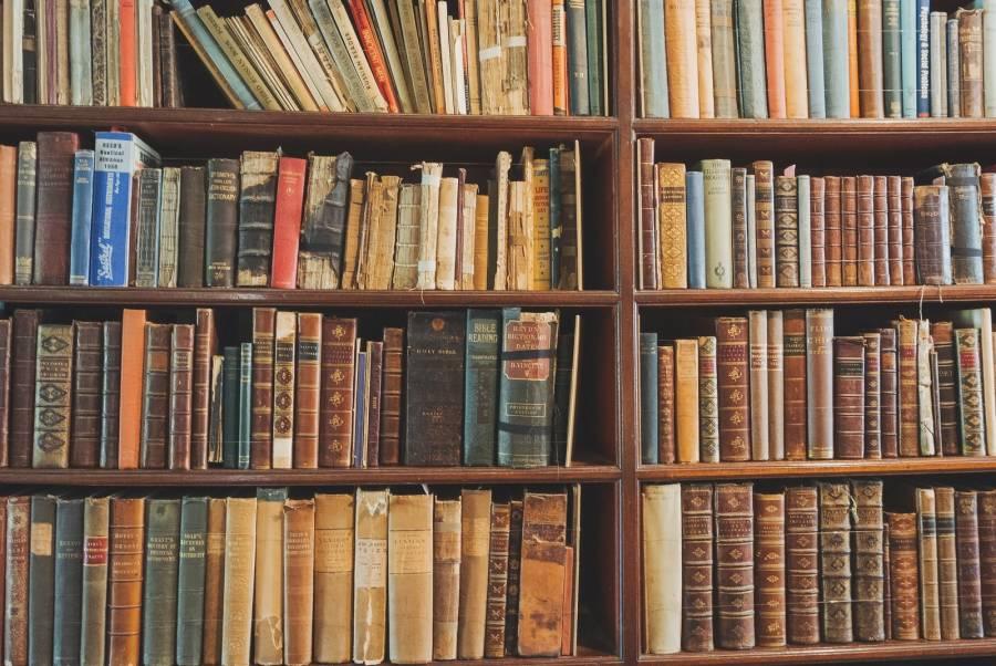 古書が詰まった本棚