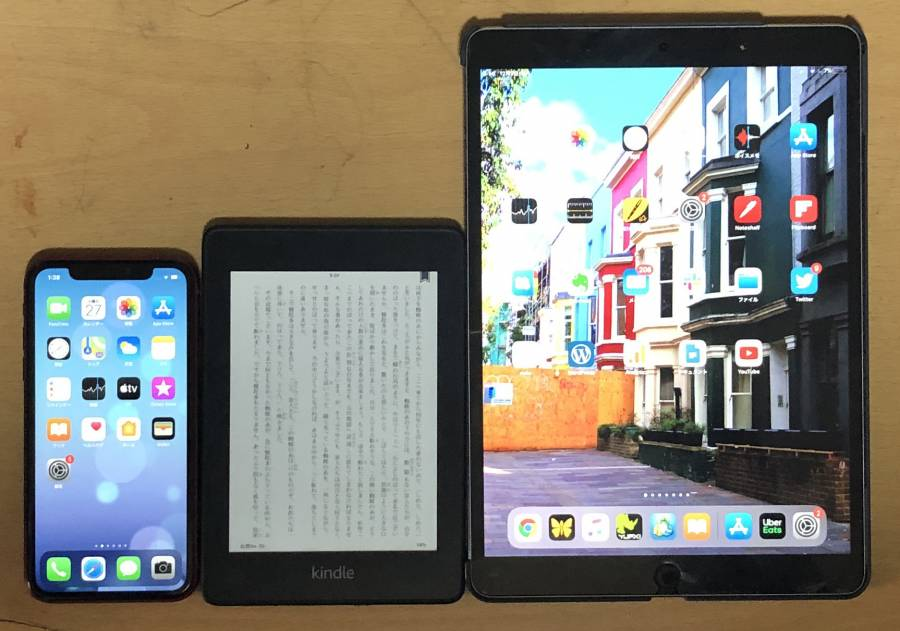 iPhone・Kindle Paperwhite・iPadが並んでいる